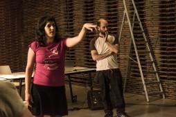 Ruth, nuestra profe de español, y Mario, nuestro profe de inglés, explicando el juego