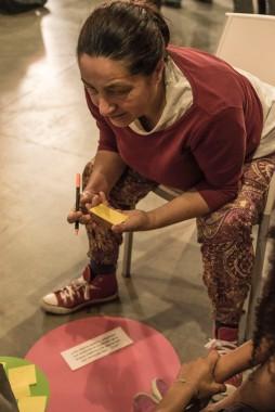 Una de las participantes, entregada al juego